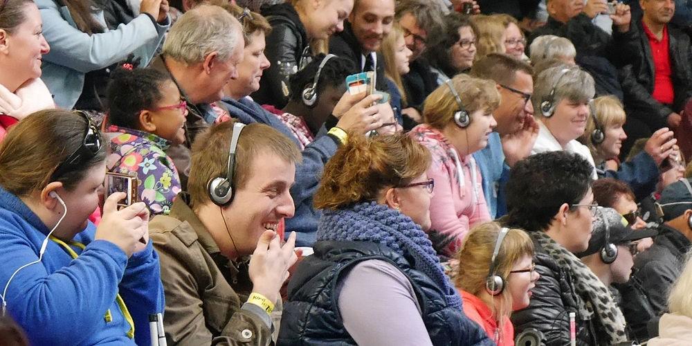 Blinden genieten van een voorstelling van Komt het Zien