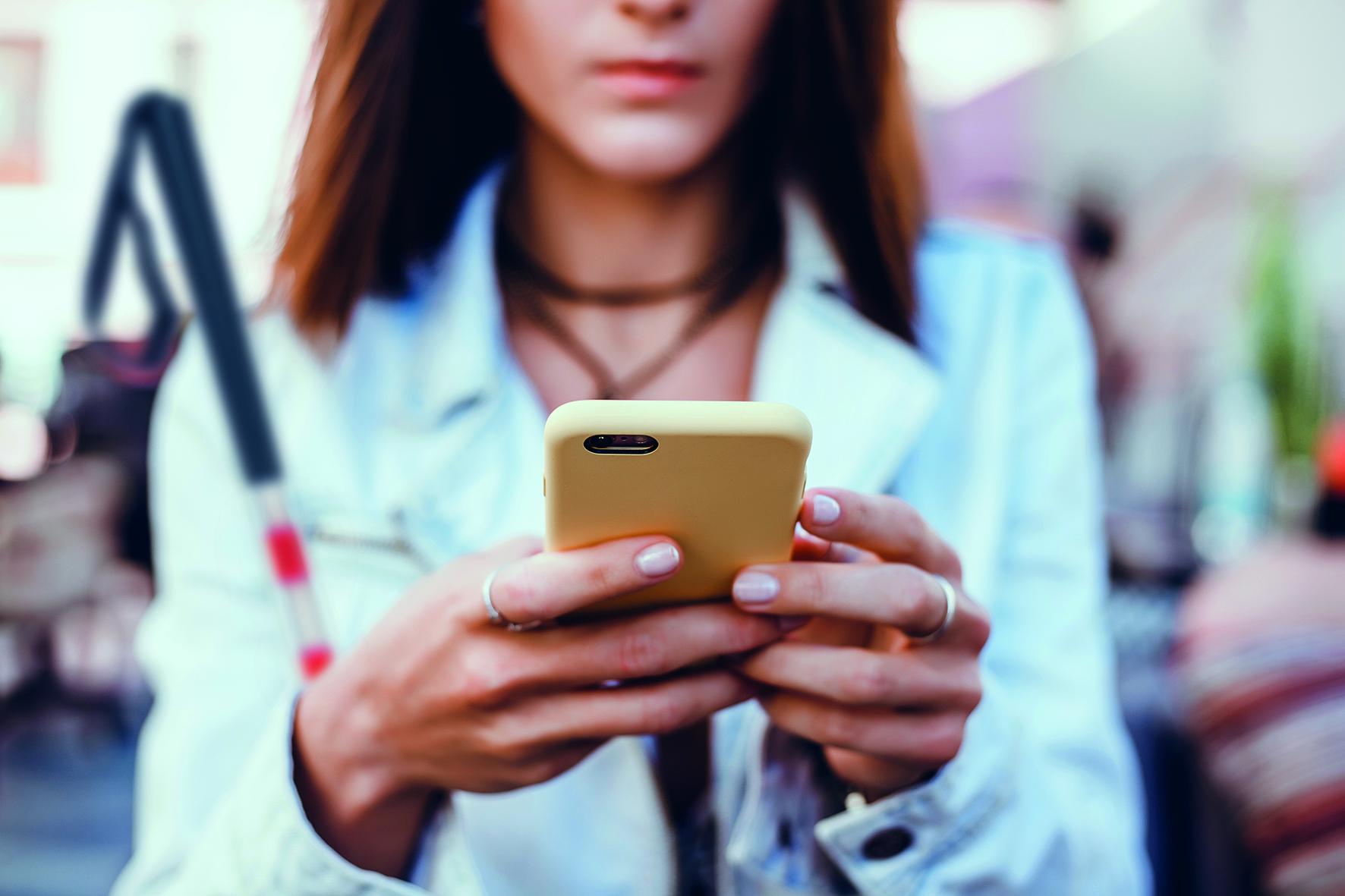 Vrouw met stok en iPhone.
