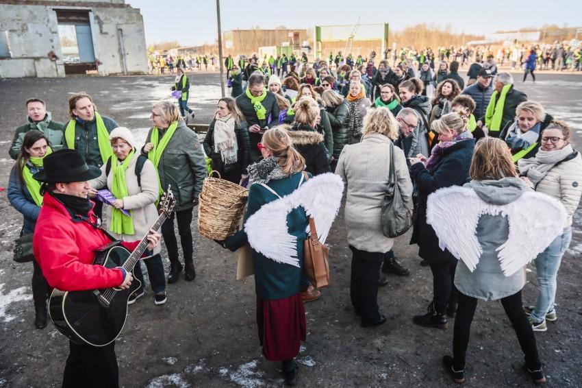 Troubadour zingt stakende juffen en meesters toe - foto: Henk Veenstra voor DaVinci